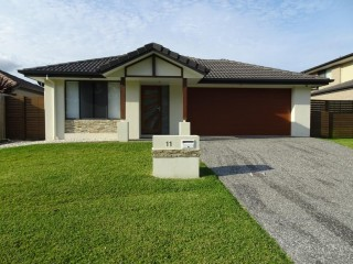 View profile: Large Family Four Bedroom Wynnum West Home - Convenient Shop Access